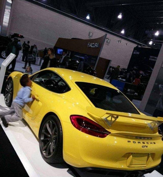 Ребенок и спортивный Porsche
