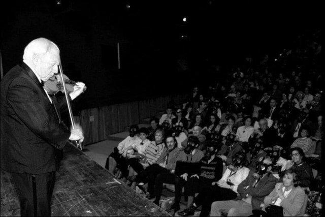 Химическая атака во время концерта 1991. Скрипач Айзек Стерн на концерте в Иерусалиме во время Войны в Заливе. Во время концерта раздалась сирена химической атаки, но несмотря ни на что, Айзек Стерн продолжил играть на скрипке.