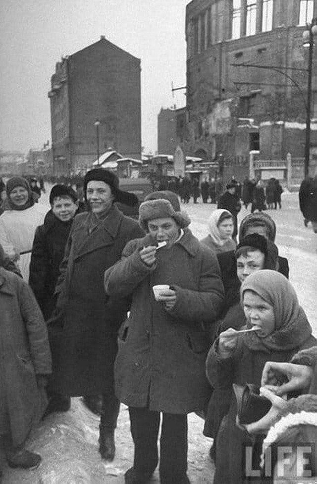 В Москвe на американском оборудовании и по американской рецептуре, привезённой в 1936 г. А. Микояном из США, был выпущен первый знаменитый советский «Пломбир», 1937 год.
