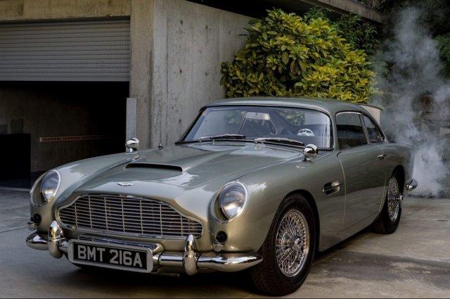 Копия автомобиля Джеймса Бонда Aston Martin DB вид спереди