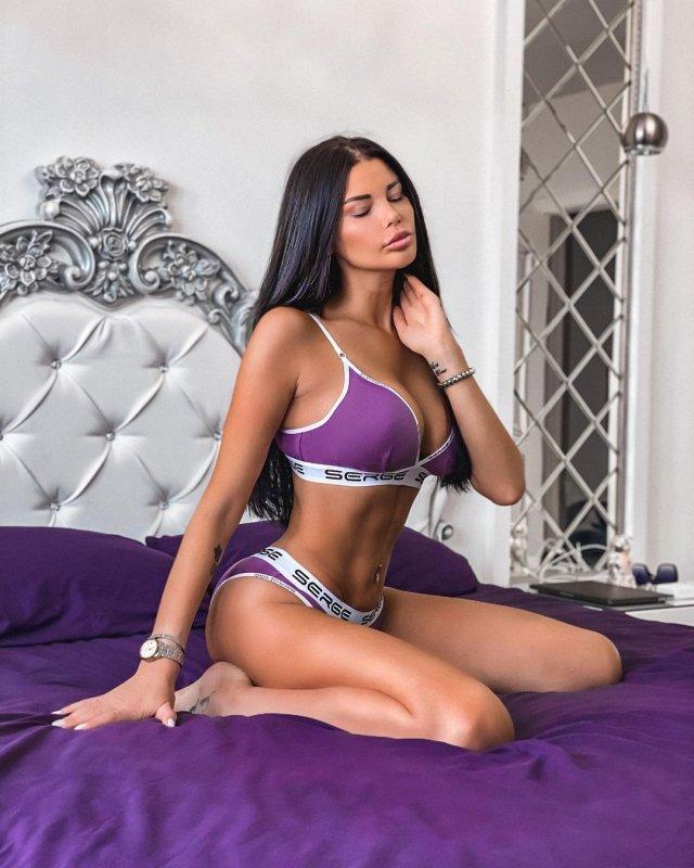 Ксения Тарасевич в фиолетовом купальнике