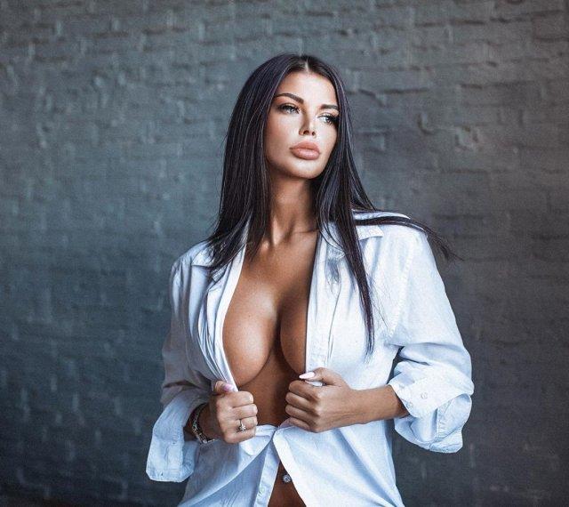 Ксения Тарасевич в белой рубашке