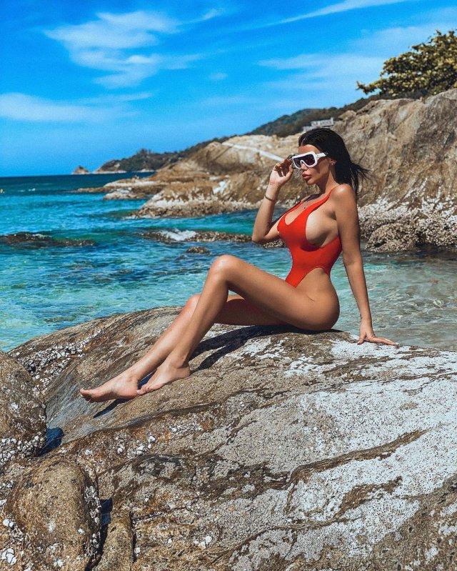 Ксения Тарасевич в красном купальнике