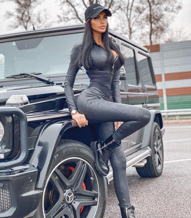 Ксения Тарасевич в черной одежде около Гелендвагена