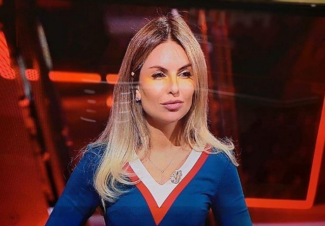 Мария Орзул - ведущая МАТЧ ТВ в свитере в цветах российского флага