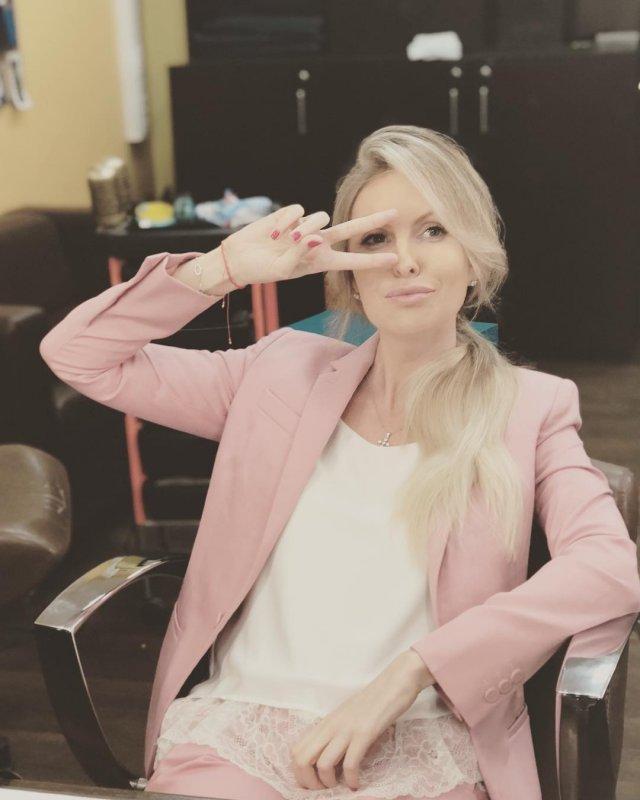 Мария Орзул - ведущая МАТЧ ТВ в белой кофте и розовым пиджаке
