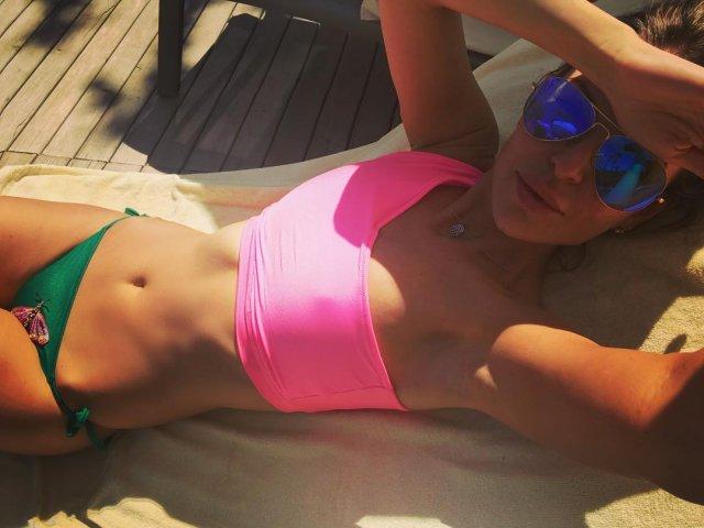 Мария Орзул - ведущая МАТЧ ТВ в зеленых трусах, розовом топе и очках