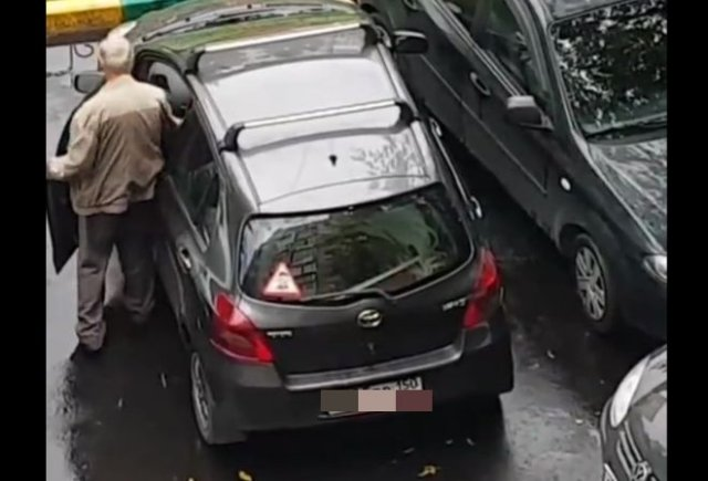Лайфхак: как быть, если не уверены, что можете выехать с парковки, не зацепив другую машину?