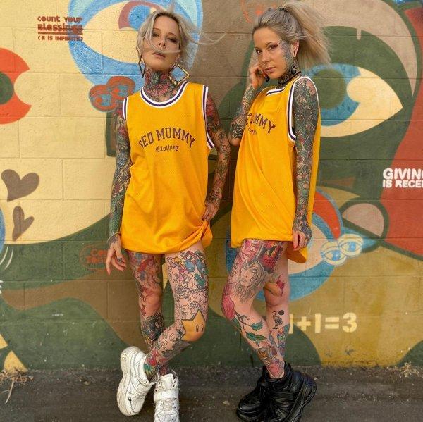 Алина и Алёна в баскетбольных майках