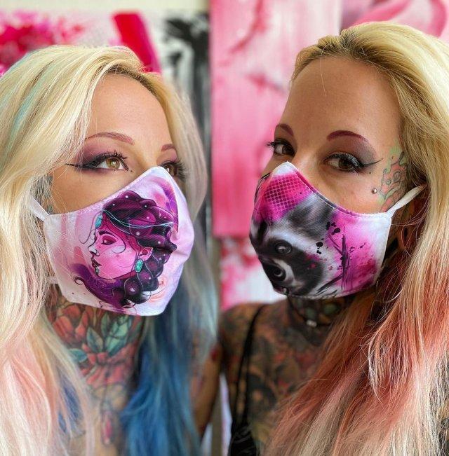 Алина и Алёна в масках