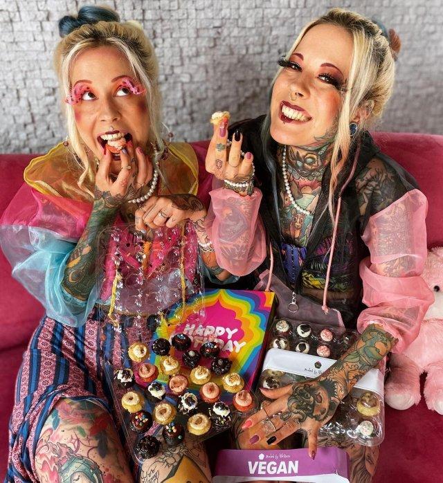 Алина и Алёна едят конфеты