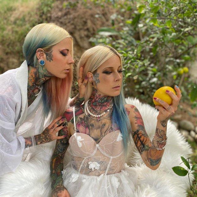 Алина и Алёна позируют с лимоном