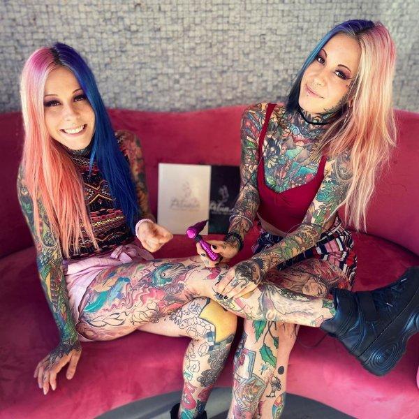 Алина и Алёна на диване