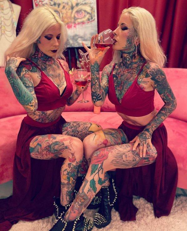 Алина и Алёна в красных платьяхАлина и Алёна