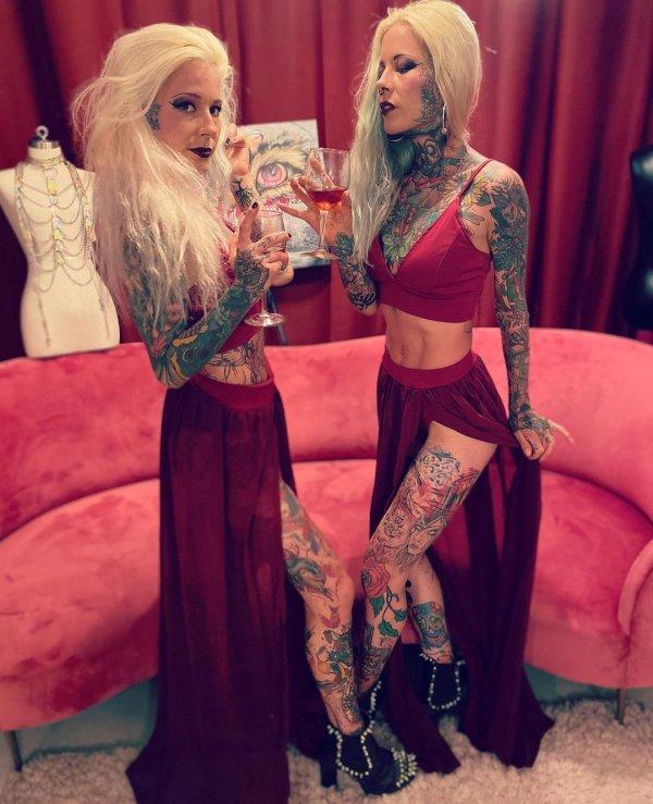 Алина и Алёна с бокалами