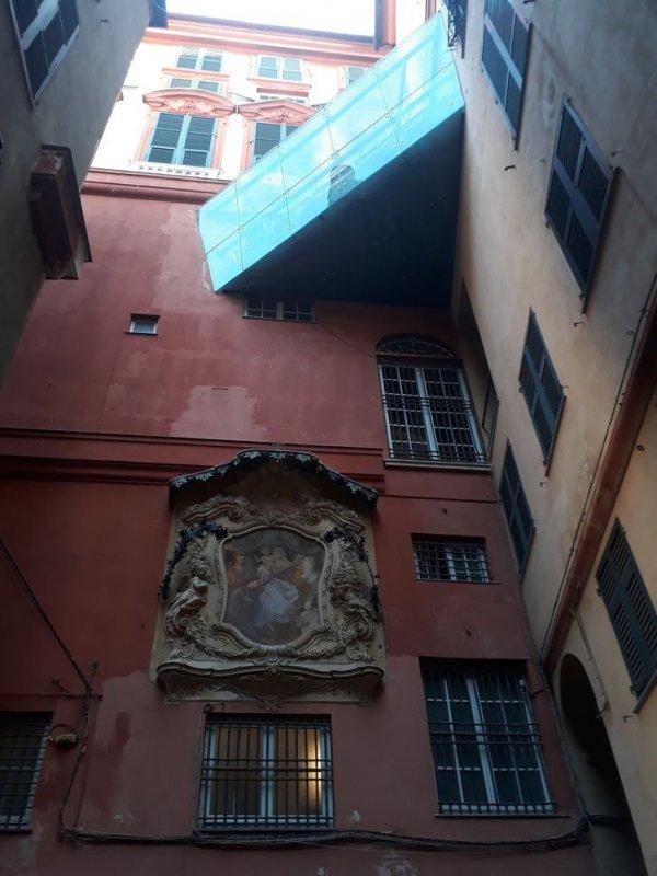 Старинная лепнина на доме и современный балкон, Генуя, Италия