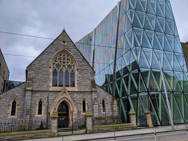 Церковь и современное здание в Дублине