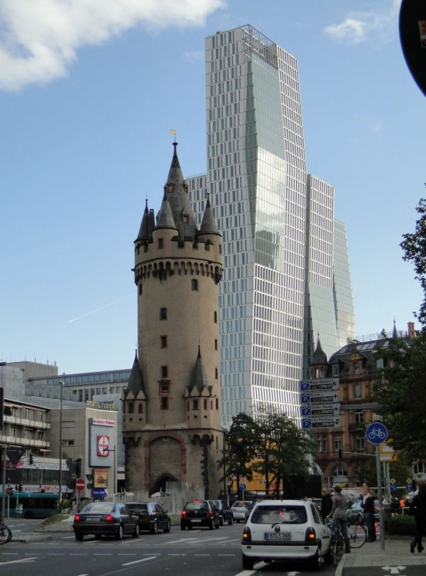 Башня Эшенхайм и современная высотка во Франкфурте