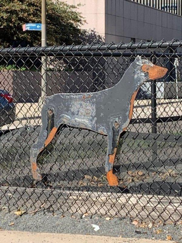 скульптура металлического добермана