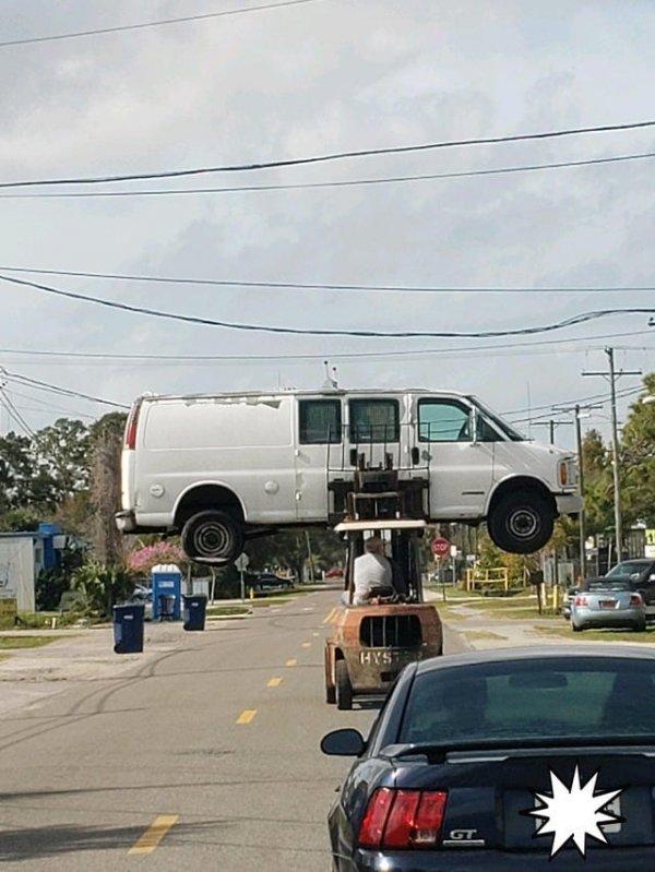 Погрузчик поднял машину