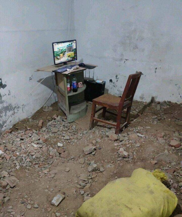 Компьютерный стол в разрушенной комнате