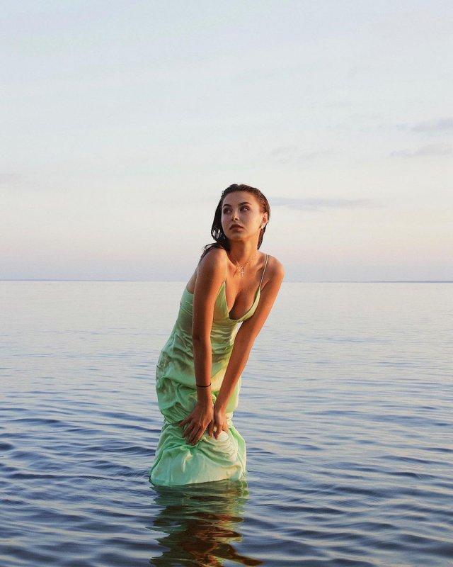 София Тарасова из ВИА ГРА в зеленом платье