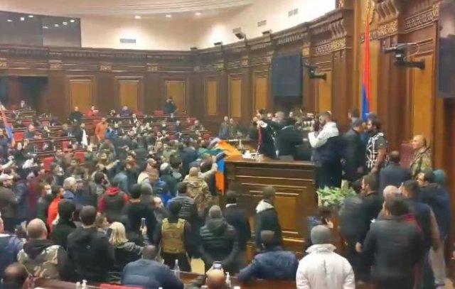 Недовольные решением Никола Пашиняна армяне устроили погромы в здании правительства в Ереване