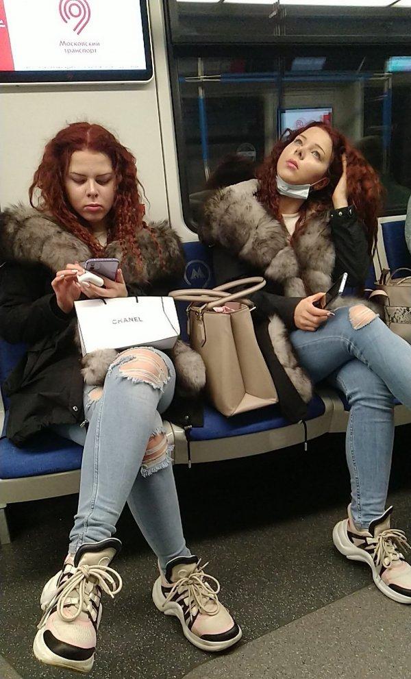 близняшки в метро