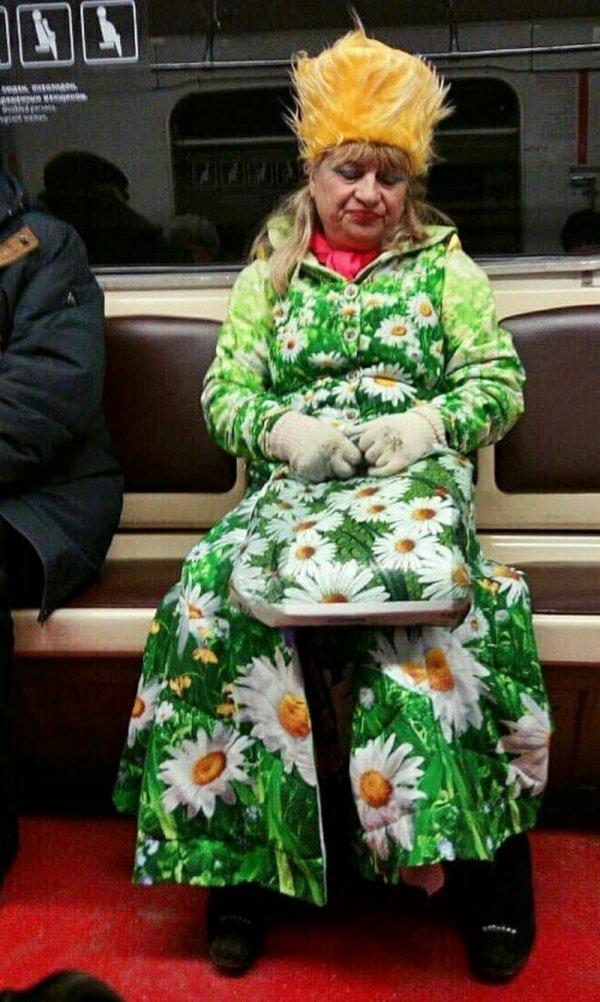 женщина в куртке с ромашками