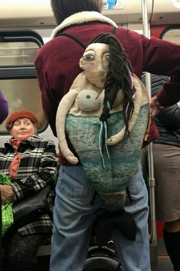 парень с странным портфелем