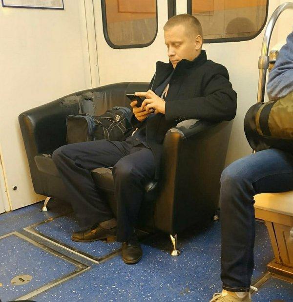 мужчина на диване в метро