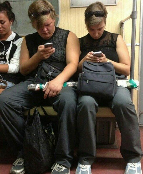 мужчина и женщина смотрят в телефоны