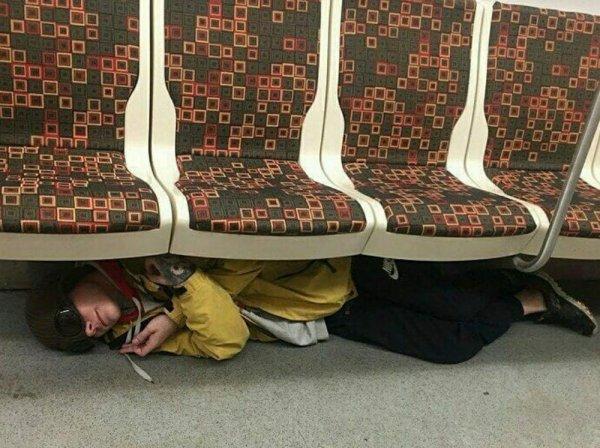 парень лежит под сидениями