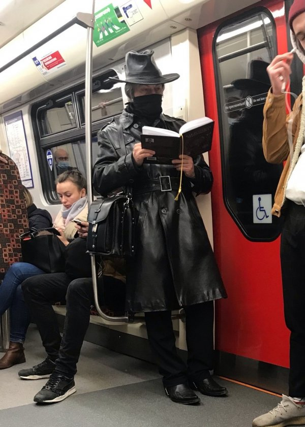мужчина в кожаном пальто
