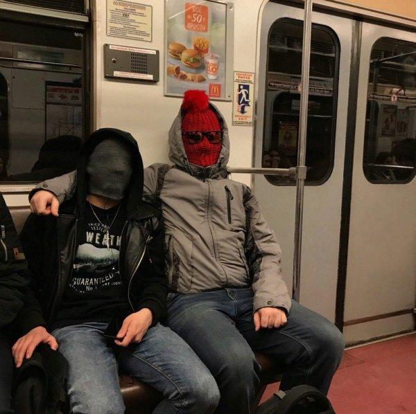 мужчины натянули шапки на лицо