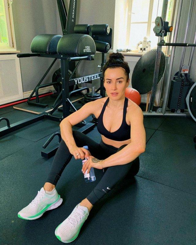 Тина Канделаки в черной спортивной одежде