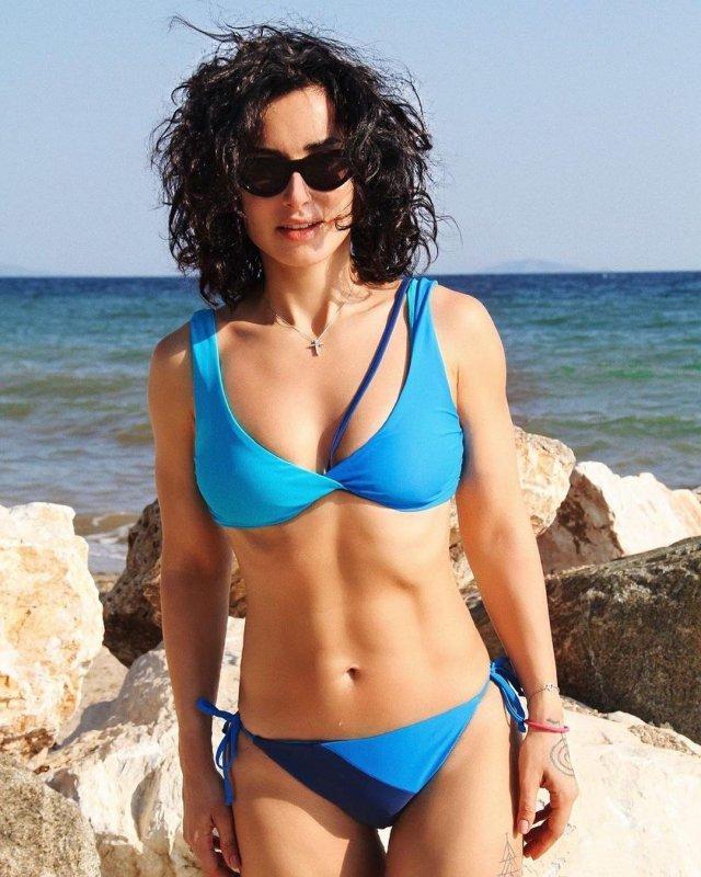 Тина Канделаки в синем купальнике