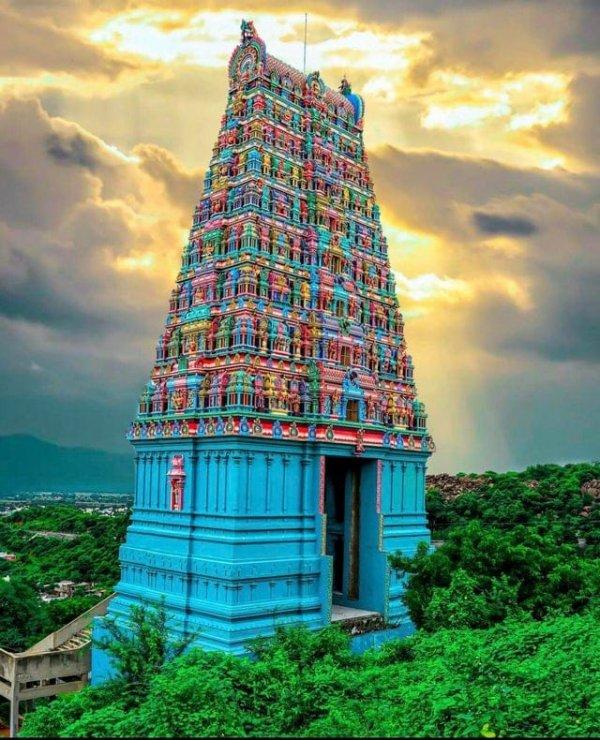 Невероятно красивые цвета этого храма в Индии