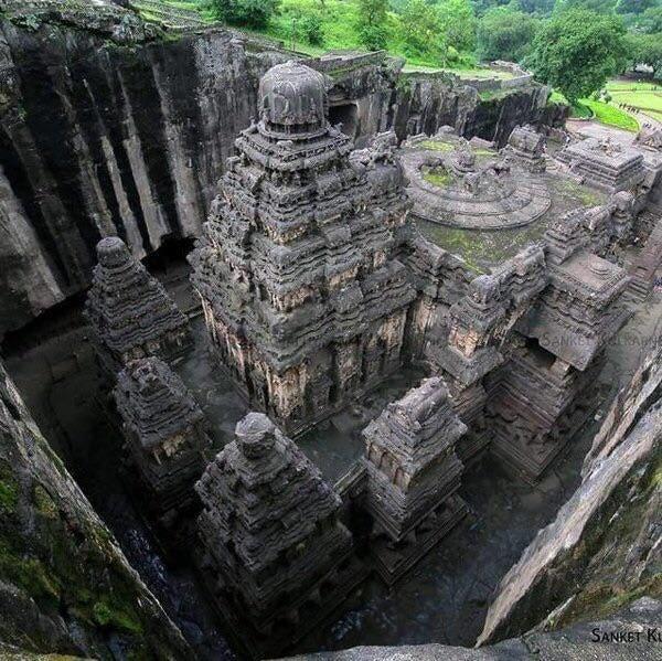 Древний индуистский храм в Индии