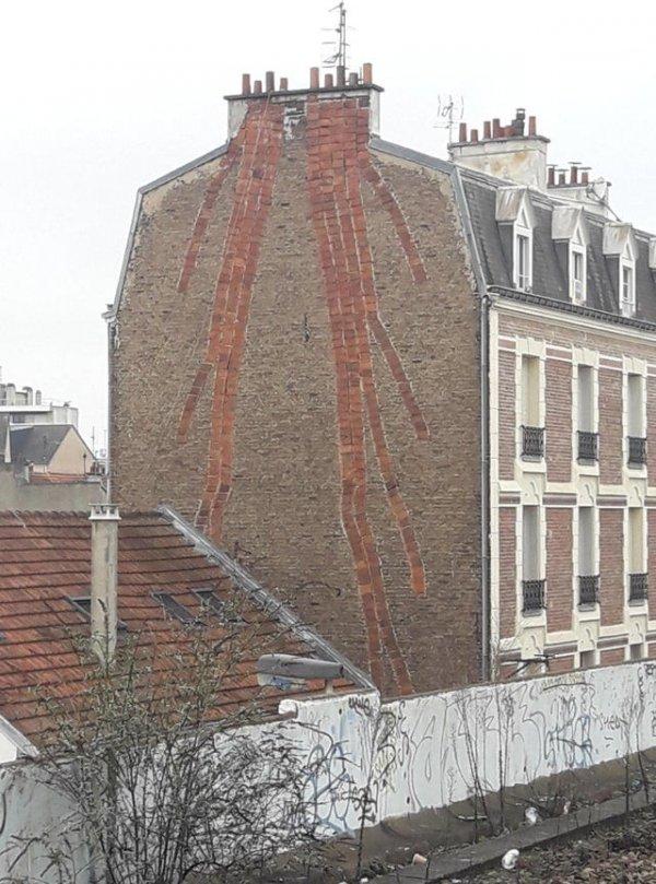 Старые сети глиняных дымоходов ведут к каждому этажу