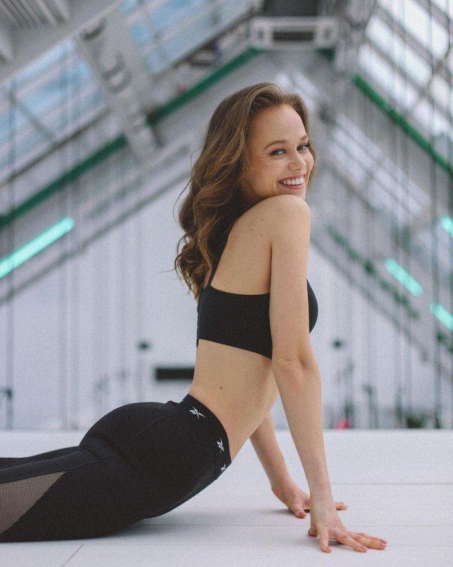 Катерина Ковальчук в черном топе
