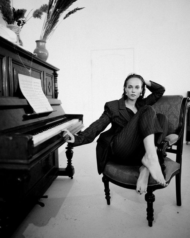 Катерина Ковальчук в черной одежде и пианино