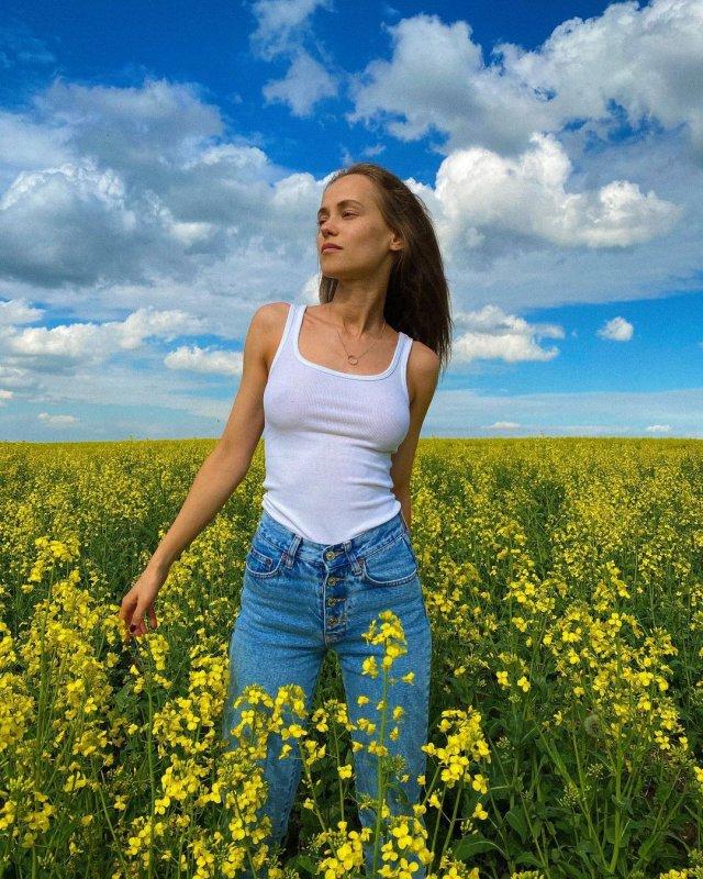 Катерина Ковальчук в белом топе и джинсах