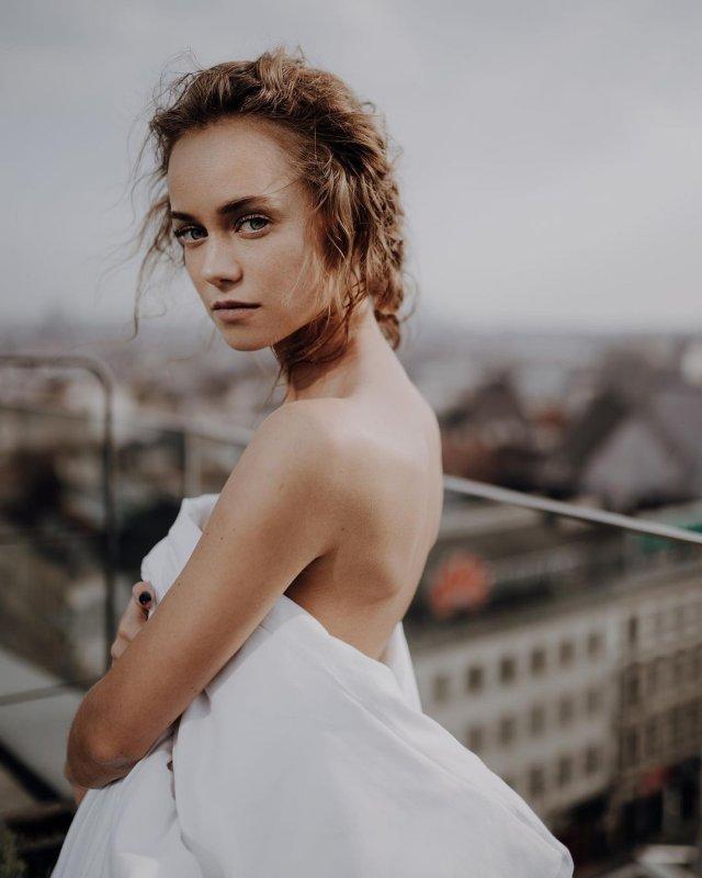 Катерина Ковальчук в белом одеяле