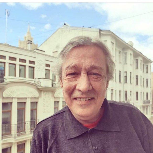 Михаил Ефремов позирует на фоне Москвы