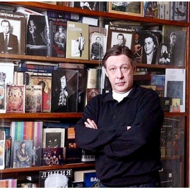 Михаил Ефремов на фоне фотографий отца