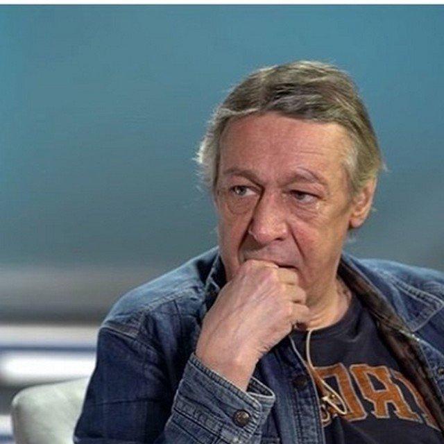 Михаил Ефремов в черной футболке и джинсовой рубашке