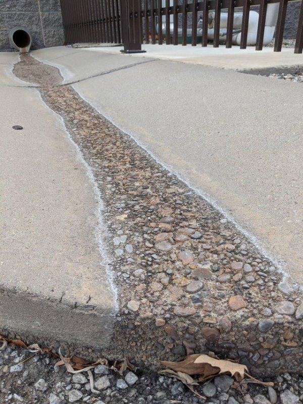 За долгое время вода может смыть верхний слой цемента