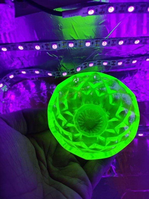 Вот что происходит с урановым стеклом под лампой чёрного света