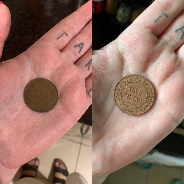 Старая монета до и после того, как она провела 8 часов в кока-коле